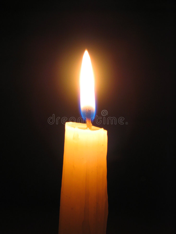 Kerze gegen dunklen Hintergrund stockfotografie