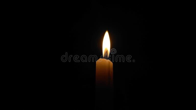Kerze im dunklen Hintergrund lizenzfreies stockbild