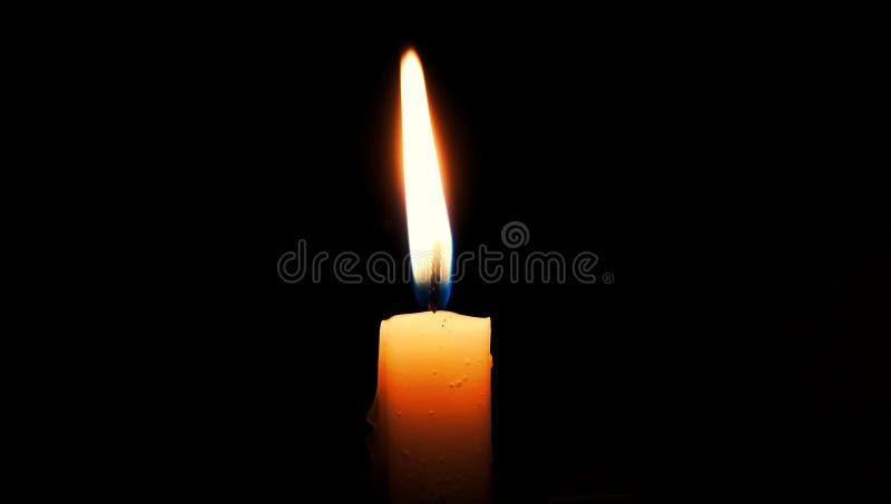 Kerze im dunklen Raum lizenzfreies stockfoto