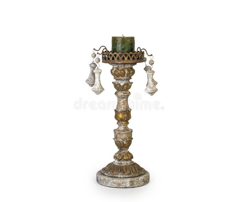 Kerze im goldenen Kerzenständer der Weinlese, klassischer Kerzenhalter lokalisiert auf Weiß lizenzfreie stockbilder