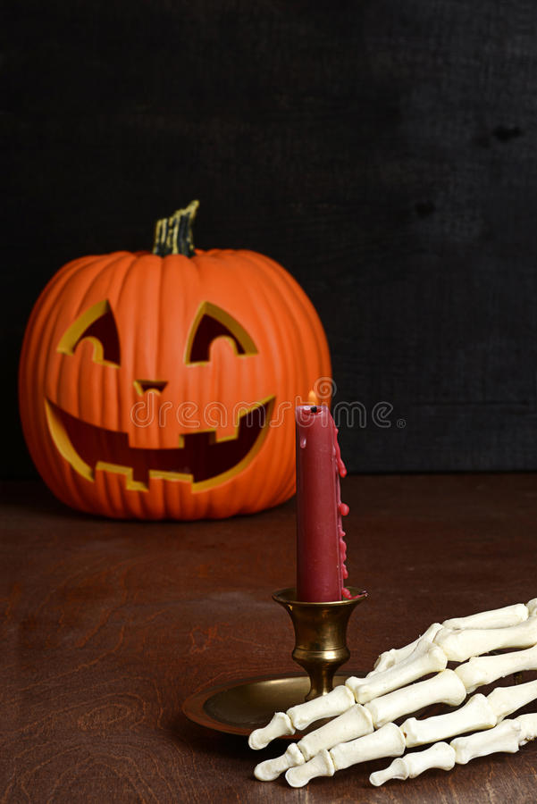 Kerze mit der Skeletthand stockfoto
