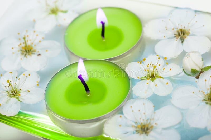 Kerze mit Frühlingsblumen lizenzfreies stockfoto