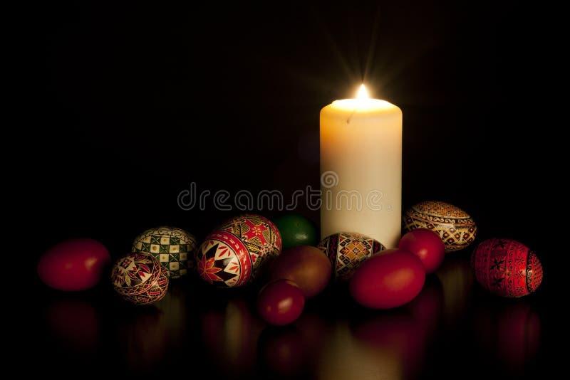 Kerze mit gemalten Eiern lizenzfreies stockbild