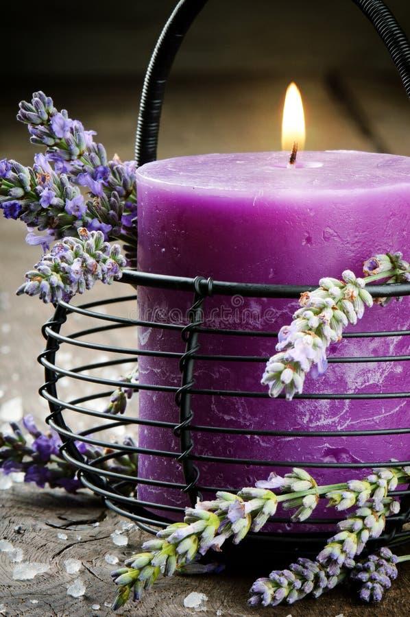 Kerze mit Lavendelblumen stockbilder