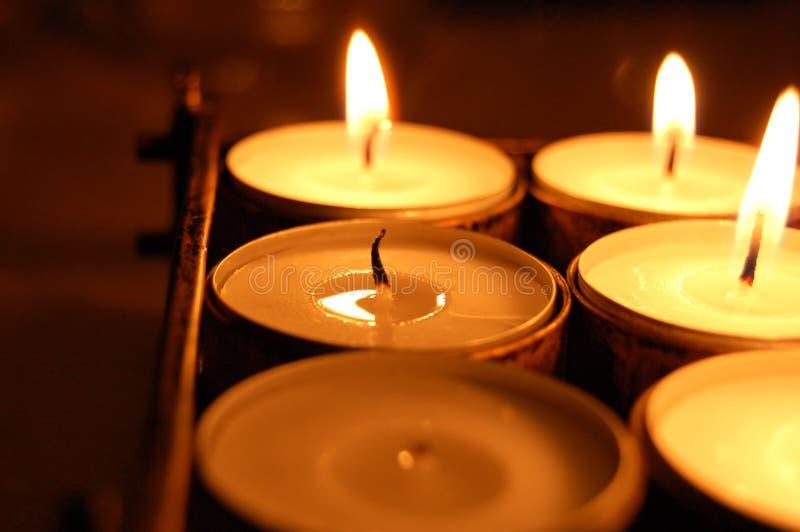 Kerze mit seitlicher Flamme stockfotos