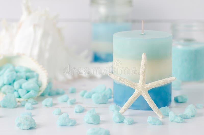 Kerze mit Starfish- und Aromatherapiebadekurortsalz lizenzfreie stockbilder