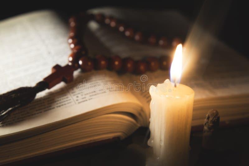 Kerze mit Weihrauch und Heiliger Schrift lizenzfreies stockbild