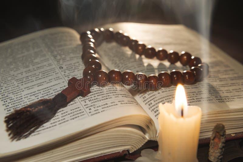 Kerze mit Weihrauch und Heiliger Schrift stockfotografie