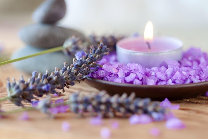 Kerze, Salzbäder und Sprigs des Lavendels lizenzfreie stockfotografie