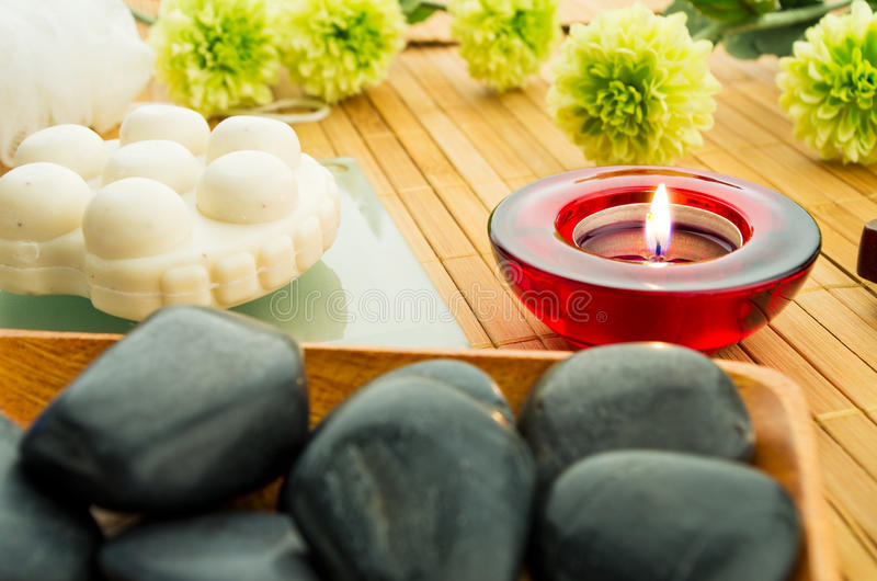 Kerze- und Badekurortsteine lizenzfreie stockbilder