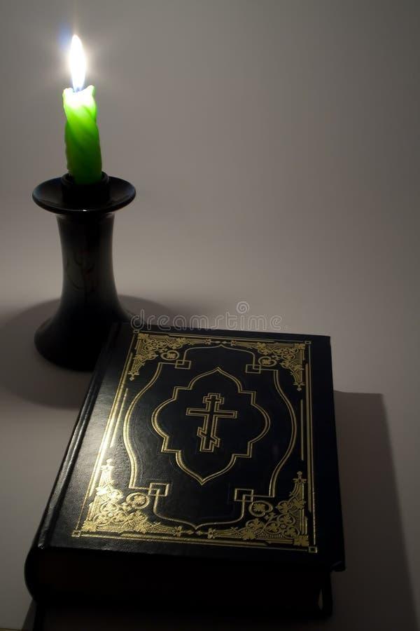 Kerze und Bibel stockbilder
