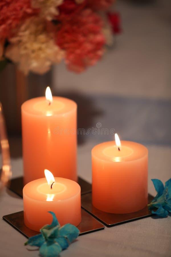 Kerze und Blumen stockfotos