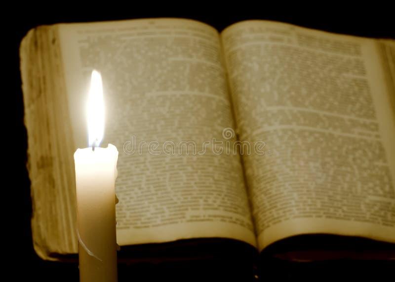 Kerze und Buch stockbilder