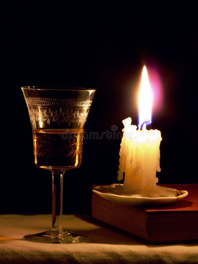 Kerze und Glas lizenzfreie stockfotos