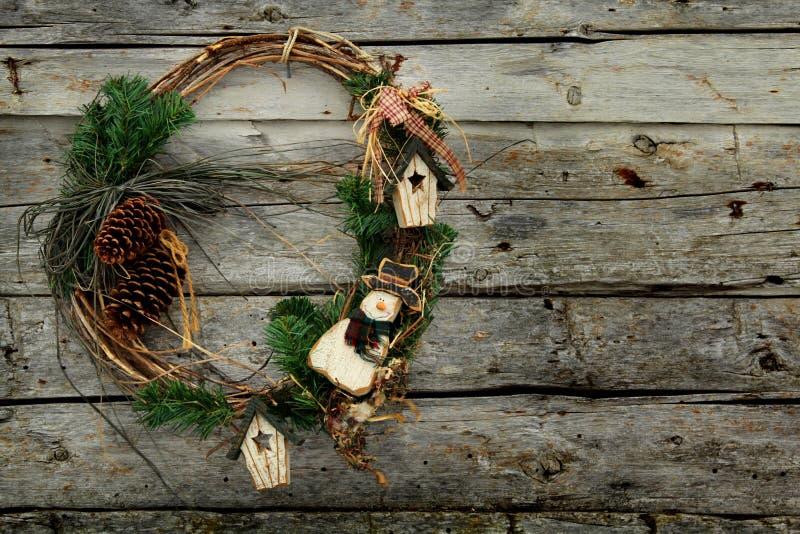 Kerze und Glaskugeln mit dem gezierten Zweig stockfotos