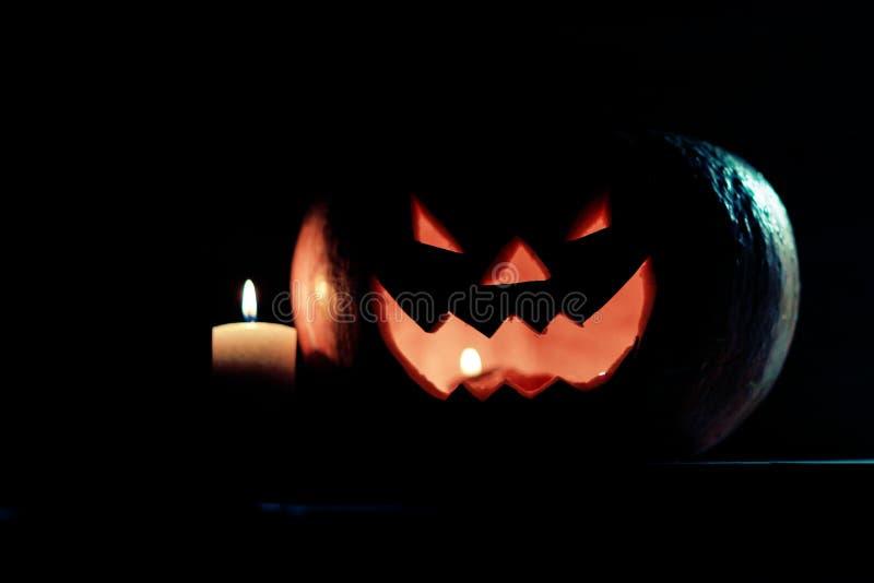 Kerze und gruseliger l?chelnder K?rbis f?r Halloween stockbild