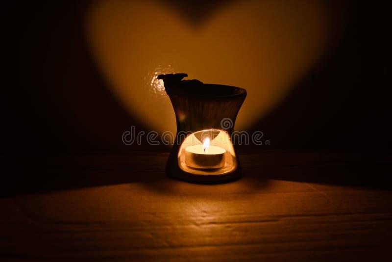 Kerze und Herzen lizenzfreies stockbild