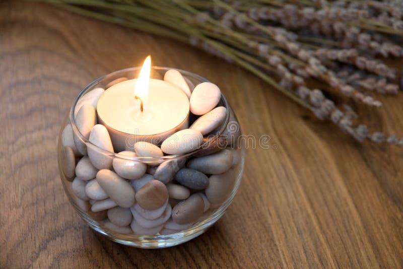 Kerze und Lavendel stockbild