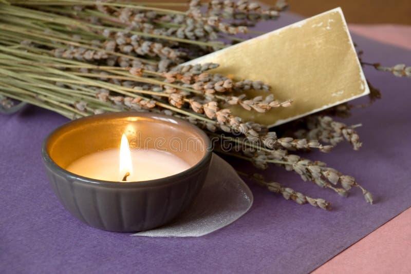 Kerze und Lavendel lizenzfreie stockfotografie