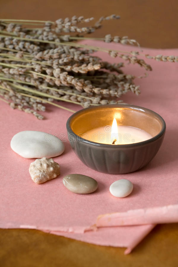 Kerze und Lavendel lizenzfreie stockfotos