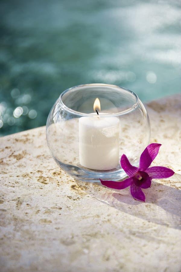 Kerze und Orchidee. stockfotos