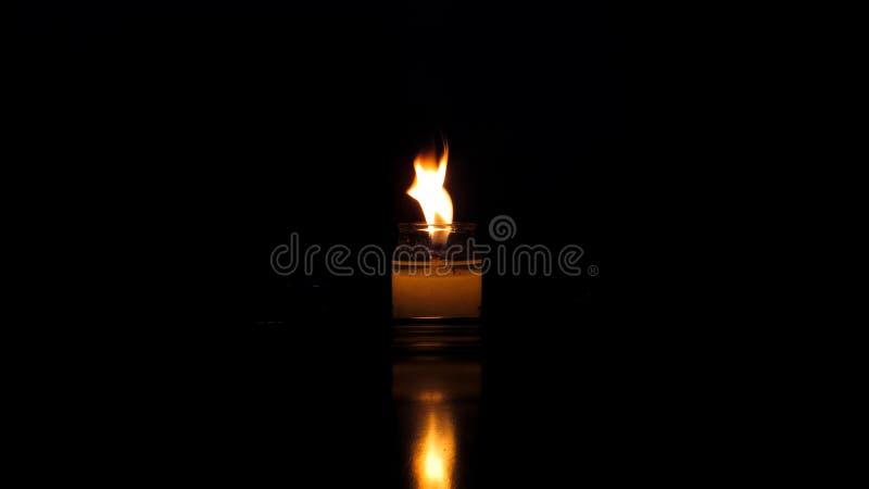 Kerze und Reflexion lizenzfreie stockbilder
