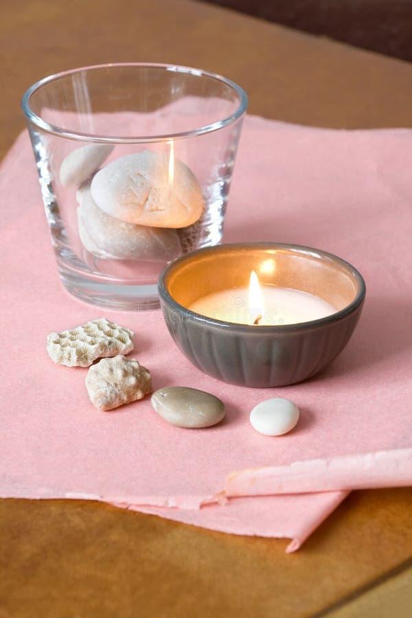 Kerze und Steine stockbilder