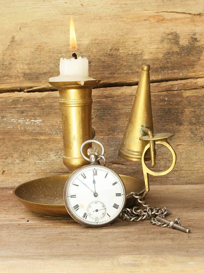 Kerze und Uhr stockfotografie