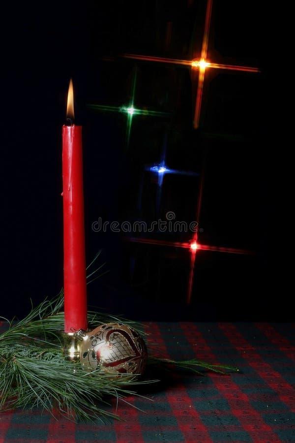 Kerze und Verzierung auf Feiertagstischdecke stockbilder