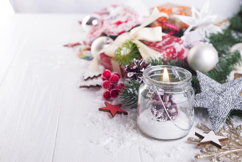 Kerze- und Weihnachtsdekoration stockfoto