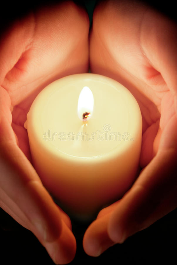 Kerze zwischen den Händen lizenzfreies stockbild