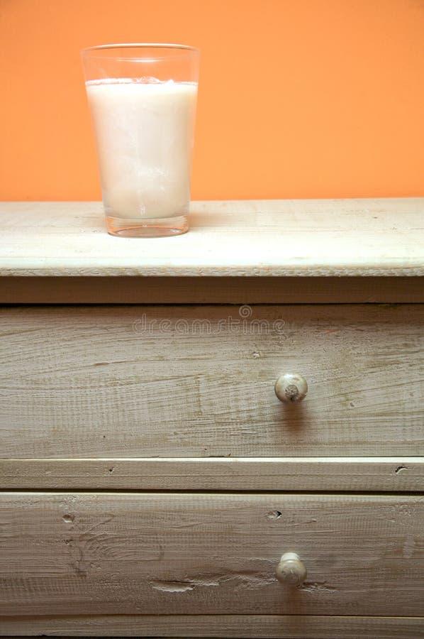 Kerzeglas auf Möbeln stockbilder
