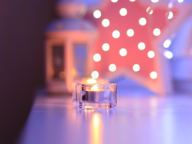 Kerzen am Abend auf blured Hintergrund lizenzfreie stockfotografie
