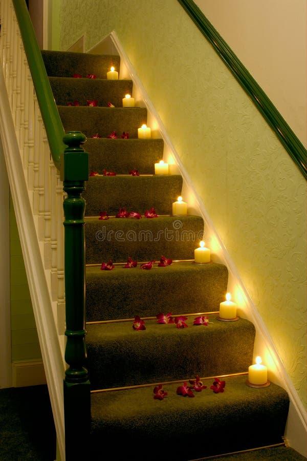 Kerzen auf den Treppen stockbild