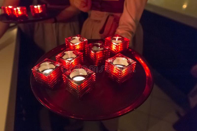 Kerzen auf einem Behälter in der Cafeteria lizenzfreie stockbilder