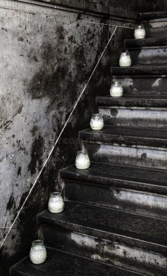 Kerzen auf einer Leiter lizenzfreie stockfotos