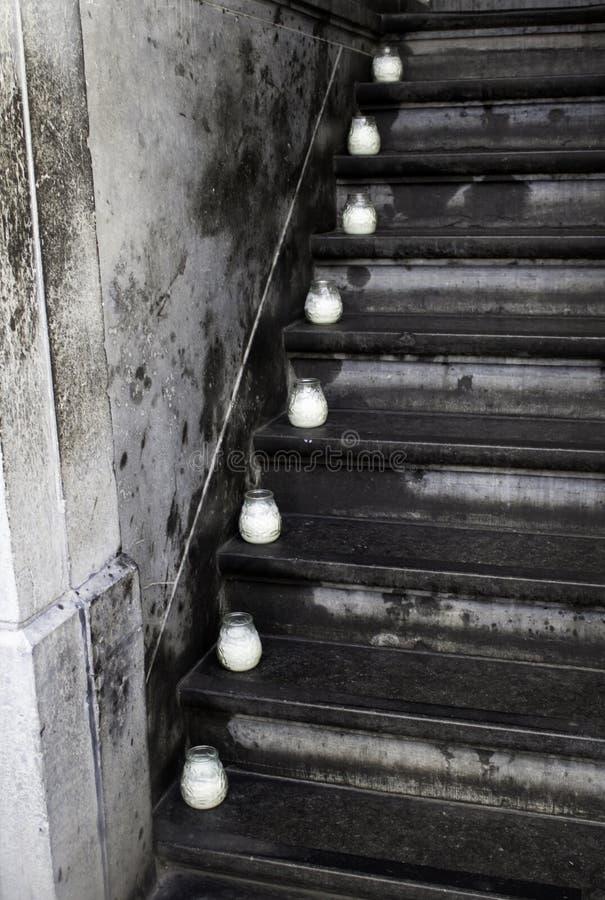 Kerzen auf einer Leiter stockfotografie
