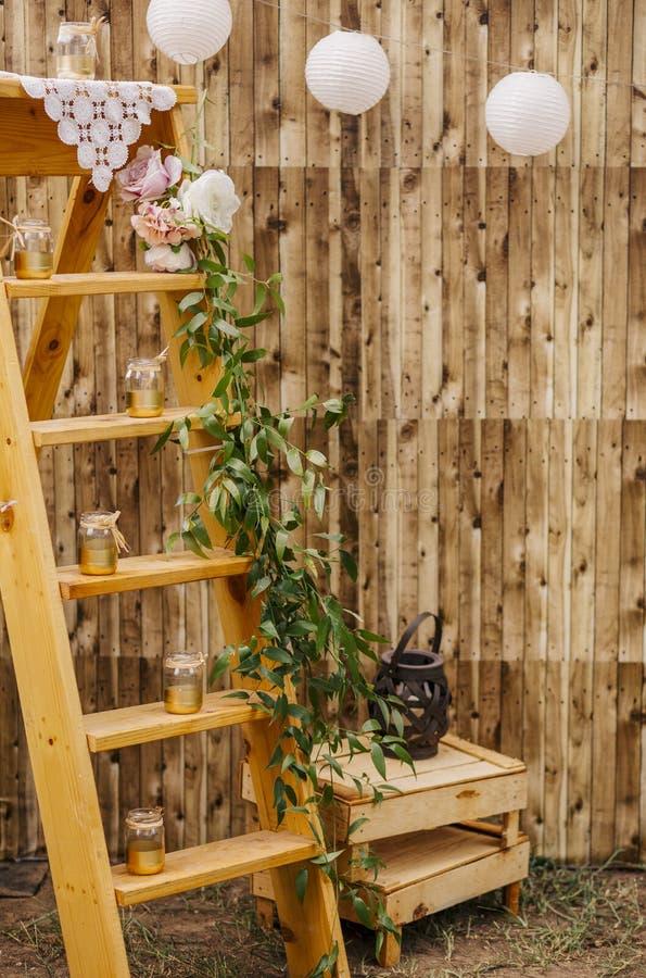 Kerzen auf hölzerner Treppe lizenzfreies stockfoto
