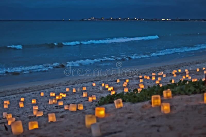 Kerzen auf Strand an der Dämmerung stockfotos