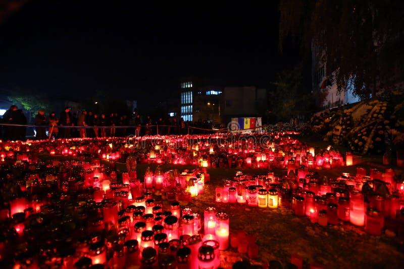 Kerzen bei Colectiv schlagen in Bukarest, Rumänien mit einer Keule lizenzfreies stockfoto