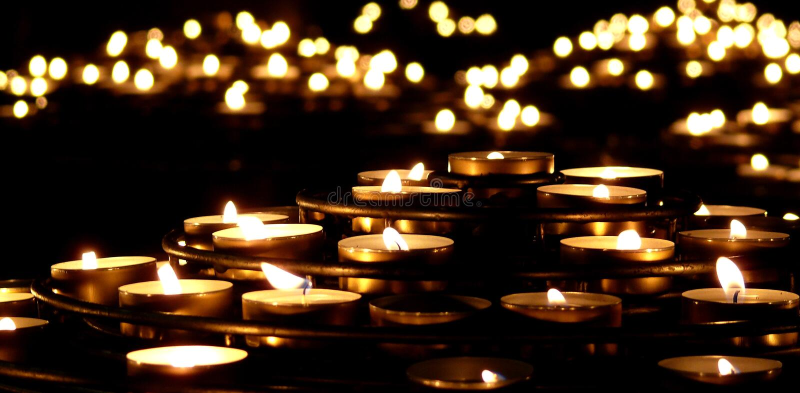 Kerzen in der Dunkelheit lizenzfreie stockfotografie