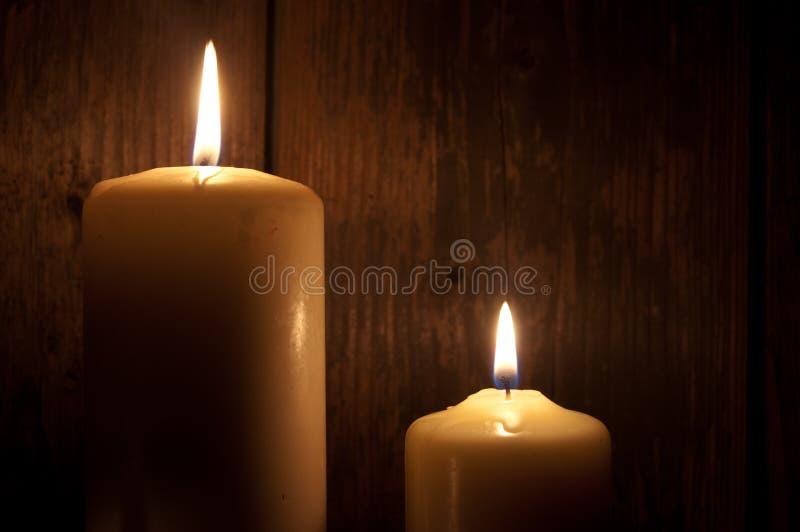 Kerzen in der Dunkelheit stockfoto