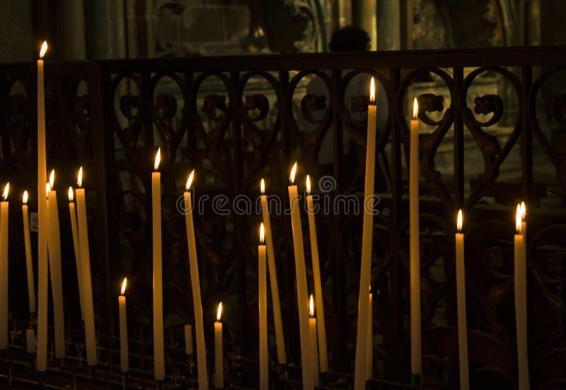 Kerzen in der Kirche lizenzfreie stockfotografie