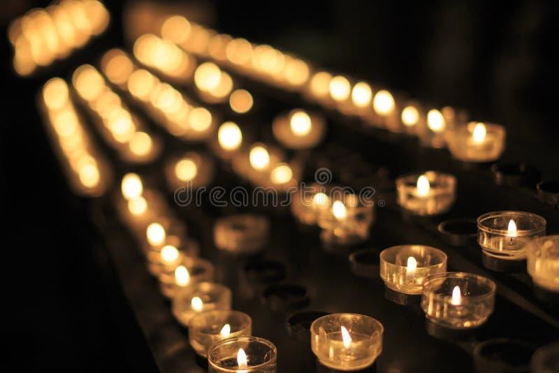 Kerzen in der Kirche stockbild