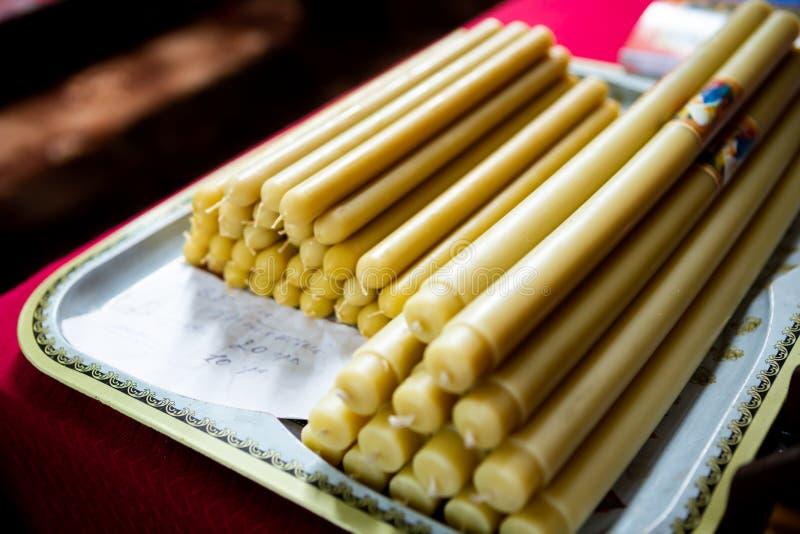 Kerzen in der Kirche für Verkauf Natürliche Wachskerzen lizenzfreies stockfoto