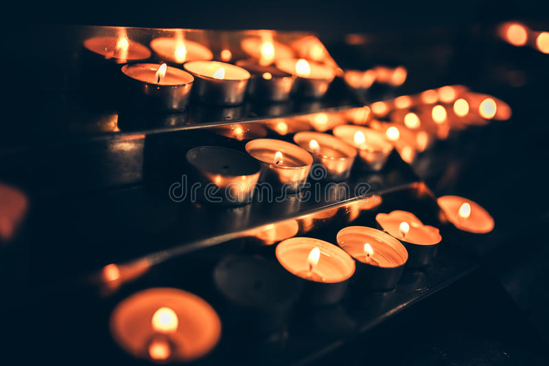 Kerzen, die in der Kirche flammen lizenzfreie stockfotos
