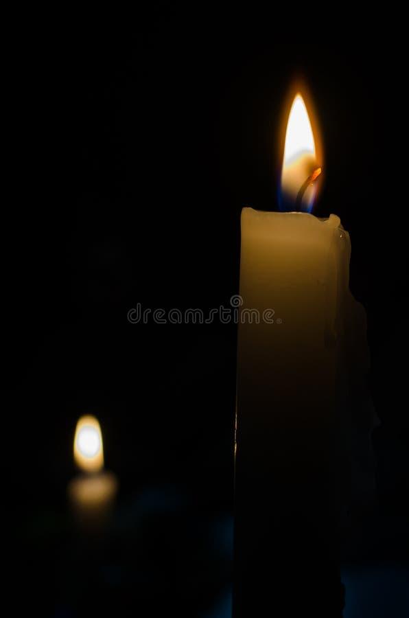 Kerzen in einer Dunkelheit lizenzfreies stockbild