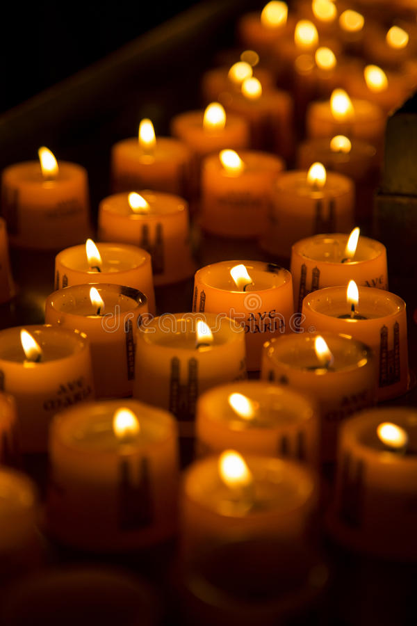 Kerzen in einer Kirche stockfotografie
