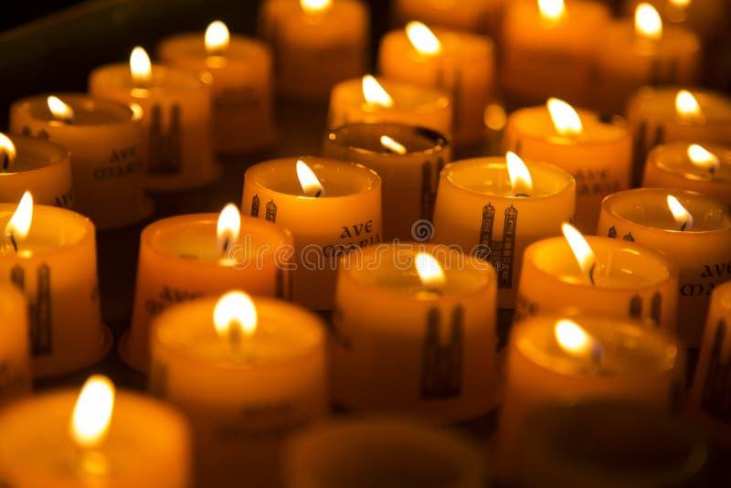 Kerzen in einer Kirche 2 stockfotos