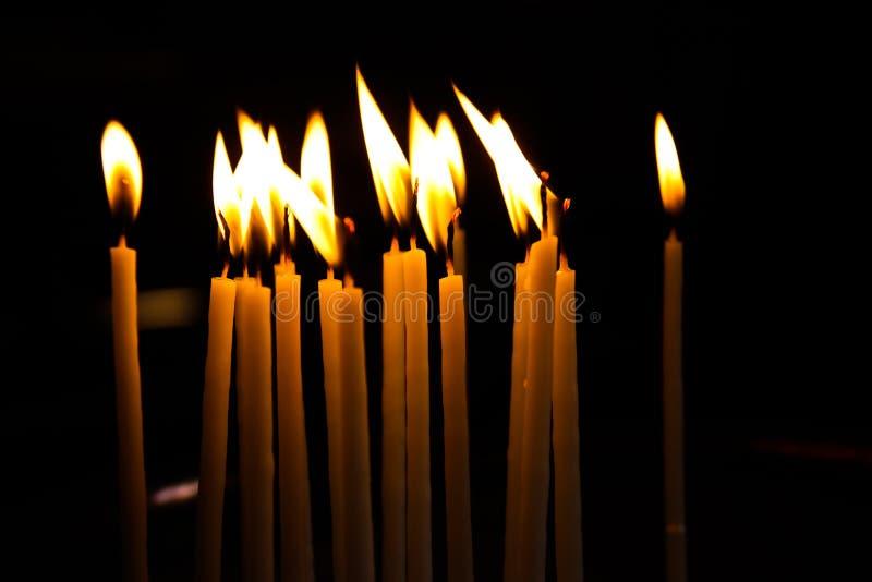 Kerzen erleichtern oben in einer griechischen Kapelle stockbild